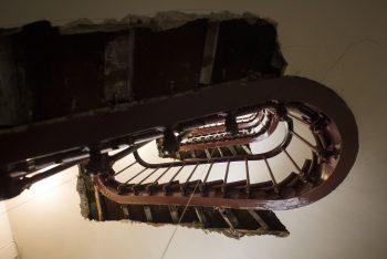 Cage d'escalier avec découpe de marches
