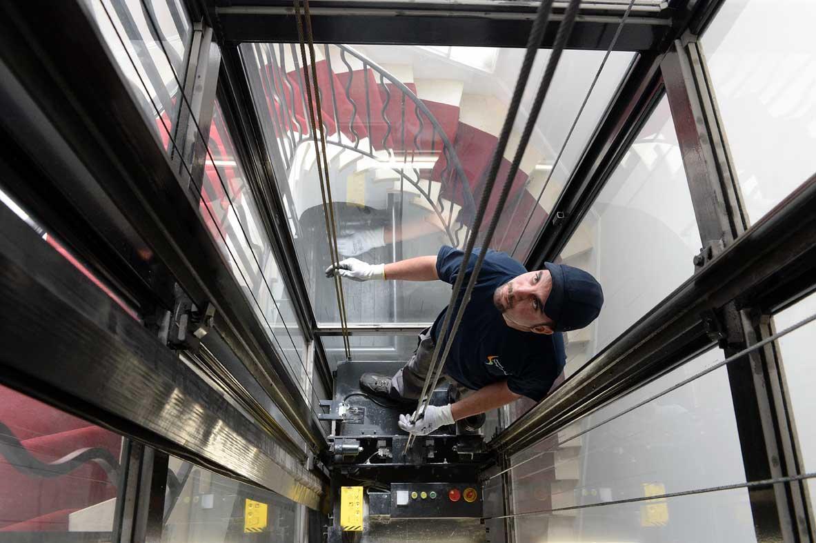 Techniciens de maintenance : ils réparent tous types d'ascenseurs